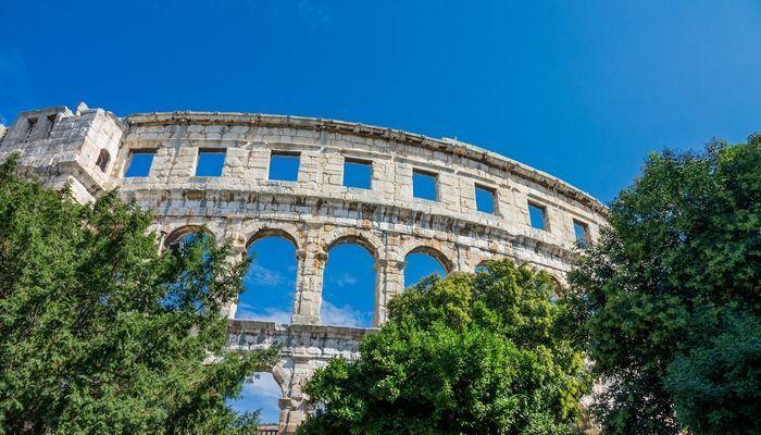 Colosseum achter bomen