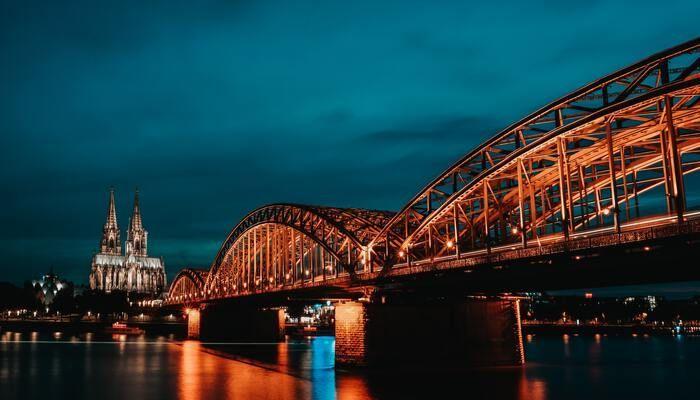 Verlichte brug in Keulen