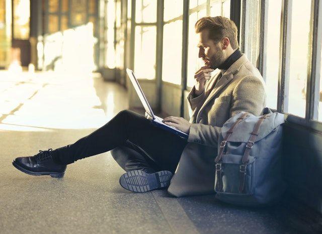Mann am Flughafen mit Laptop