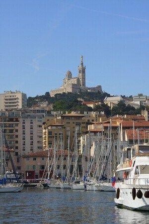 Alter Hafen von Marseille mit Blick auf Basilique Notre-Dame-de-la-Garde