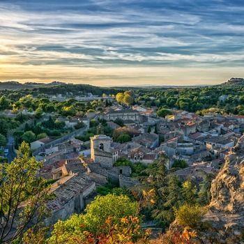 Uitzicht op landschap met Middeleeuws stadje