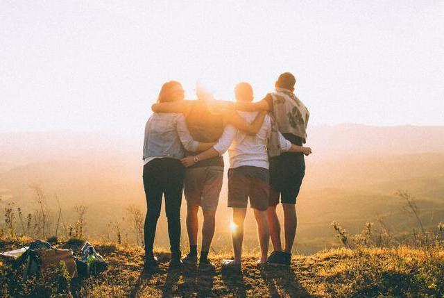 Gruppe von Menschen in der Sonne