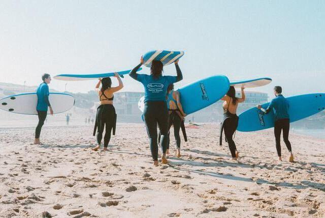 Surfer am Strand bei Themenreise