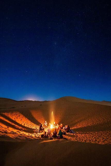 Gruppe in der Wüste bei Themenreise