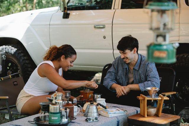 Kaffe im Vorzelt vorm Auto