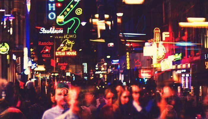 Amsterdam winkelstraat nacht