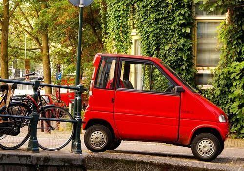 Rode auto geparkeerd Amsterdam