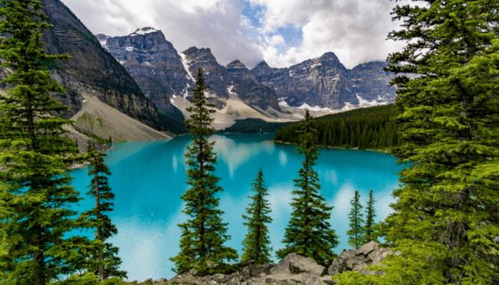 Een blauw meer met bergen op de achtergrond