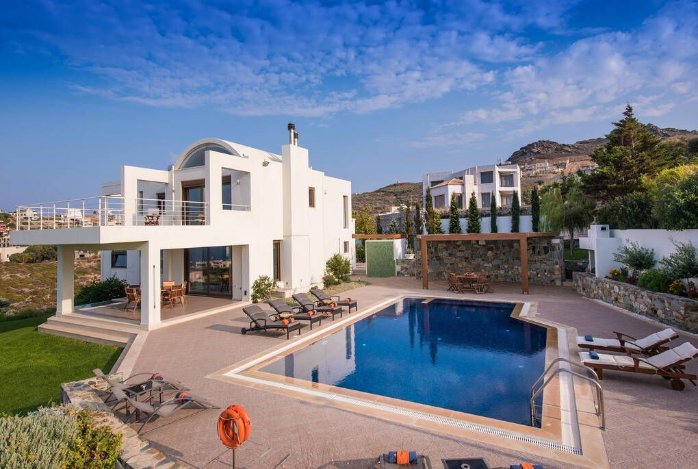 White house with pool in Crete