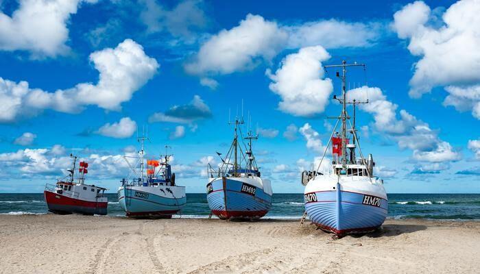Boten op een strand in Denemarken
