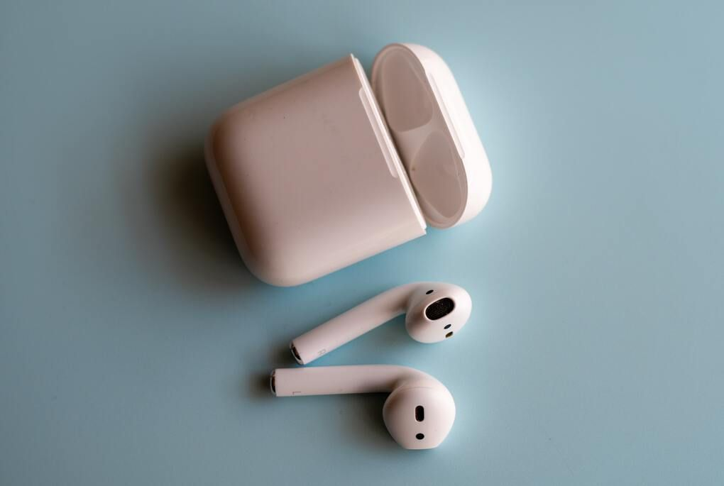 White cordless ear pods