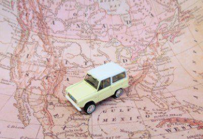 Miniatuurauto op kaar van Amerika