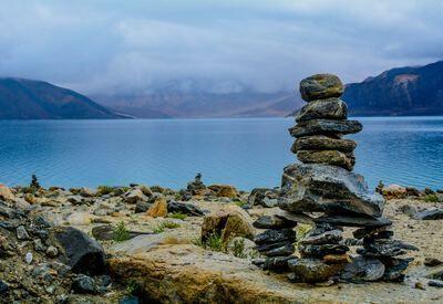 Gestapelde stenen voor meer