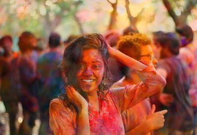 Meisje met verf op het gezicht tijdens Holi