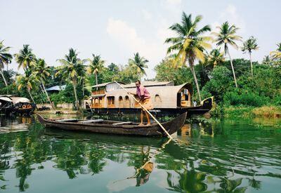 Man op boot voor palmbomen