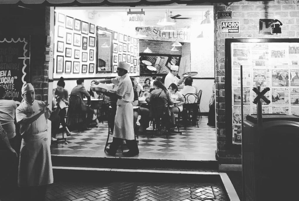 Black and white photo of a restaurant in Lima