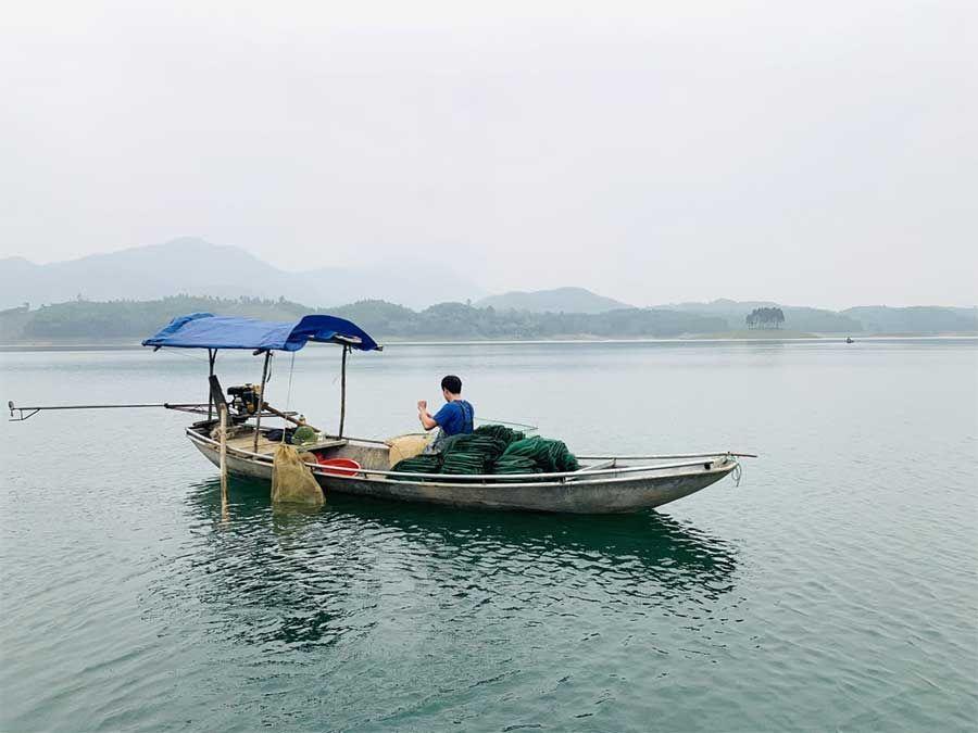 Pêcheur de crevette Lac de Thac ba