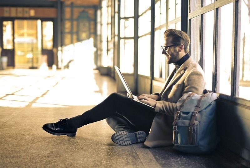 Homme ordinateur assis