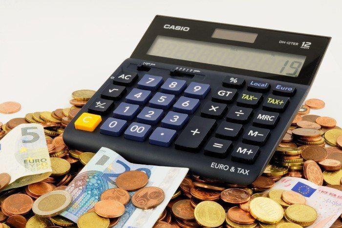 Rekenmachine en geld munten