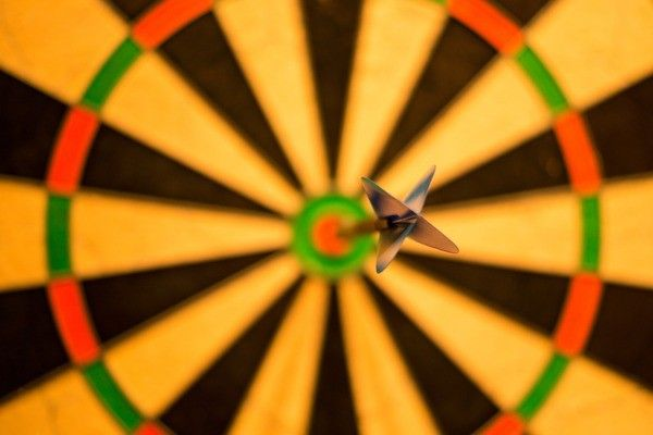 Dartbord met pijl in de bulls eye
