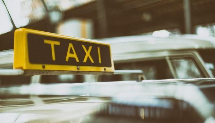 Taxi bord op een taxi