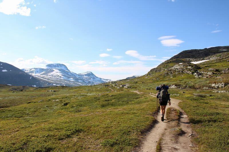 Man aan het wandelen in de bergen