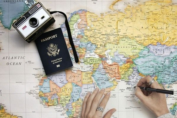Paspoort en camera op een landkaart