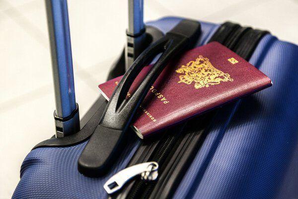 Paspoort op een koffer
