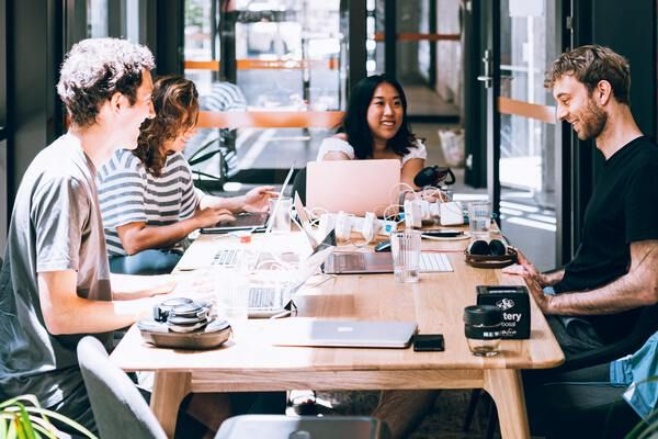 vier mensen in een meeting