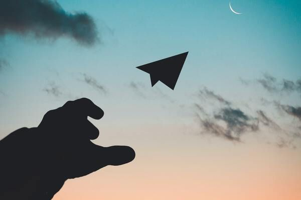Papieren vliegtuig in de lucht
