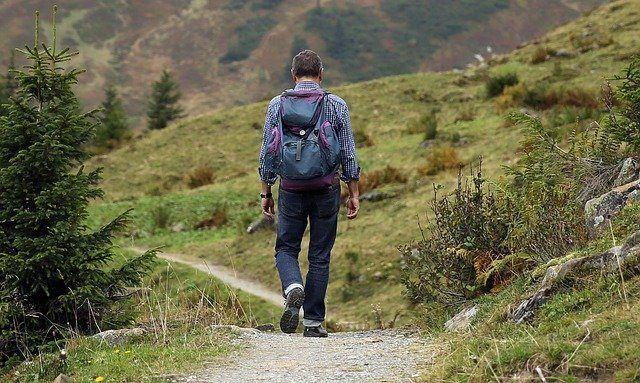 Wanderer mit Rucksack im Urlaub